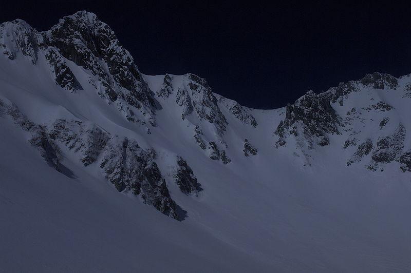 Foto di una montagna innevata sottoesposta