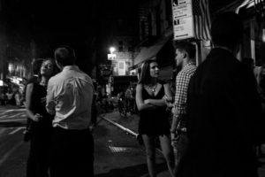 Scena di vita notturna in strada, East Village, NYC.