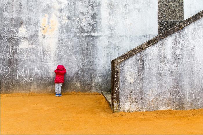Sotto la lente 74: Architettura e racconto in una foto di strada